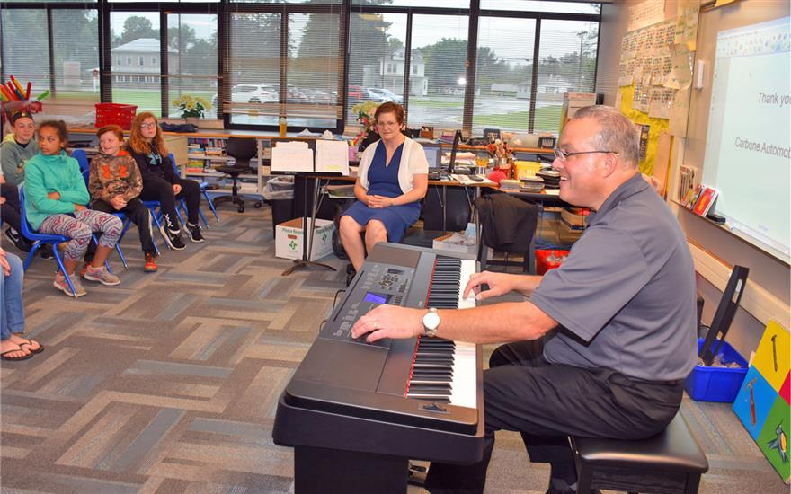 School receives donation of electric piano